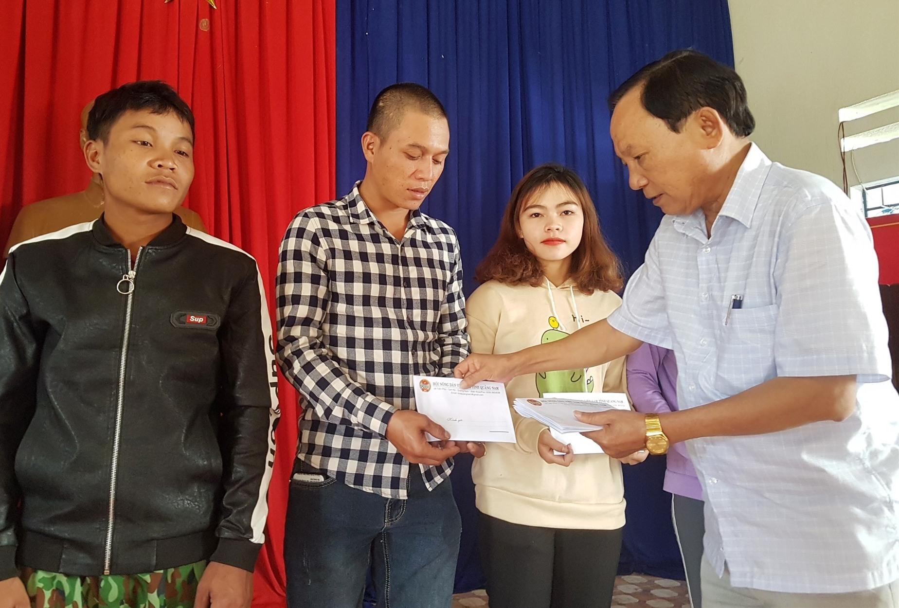 Chủ tịch Hội Nông dân tỉnh Vũ Văn Thẩm trao quà tết cho hộ nghèo. Ảnh: D.L