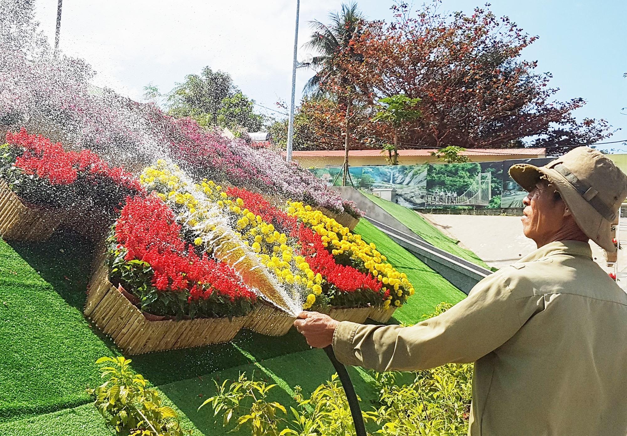 Những người công nhân đang chăm sóc cho hoa tươi sắc. Ảnh: D.L