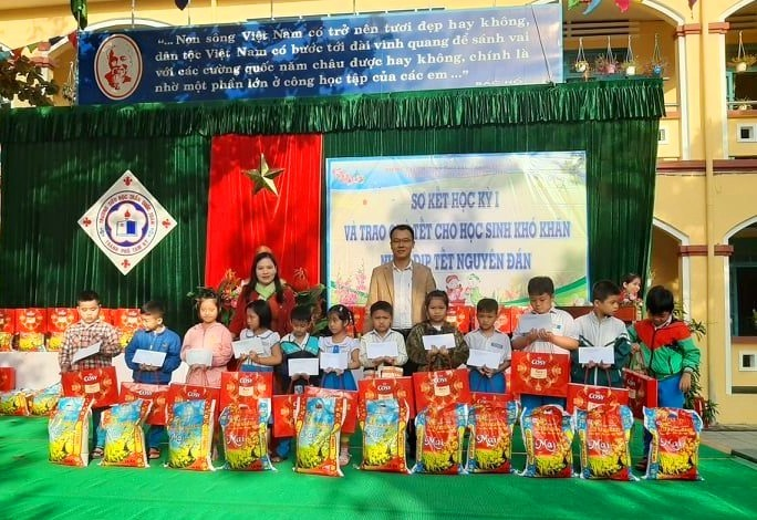 Trường Tiểu học Trần Quốc Toản (Tam Kỳ) trao quà cho học sinh có hoàn cảnh khó khăn. Ảnh: C.N