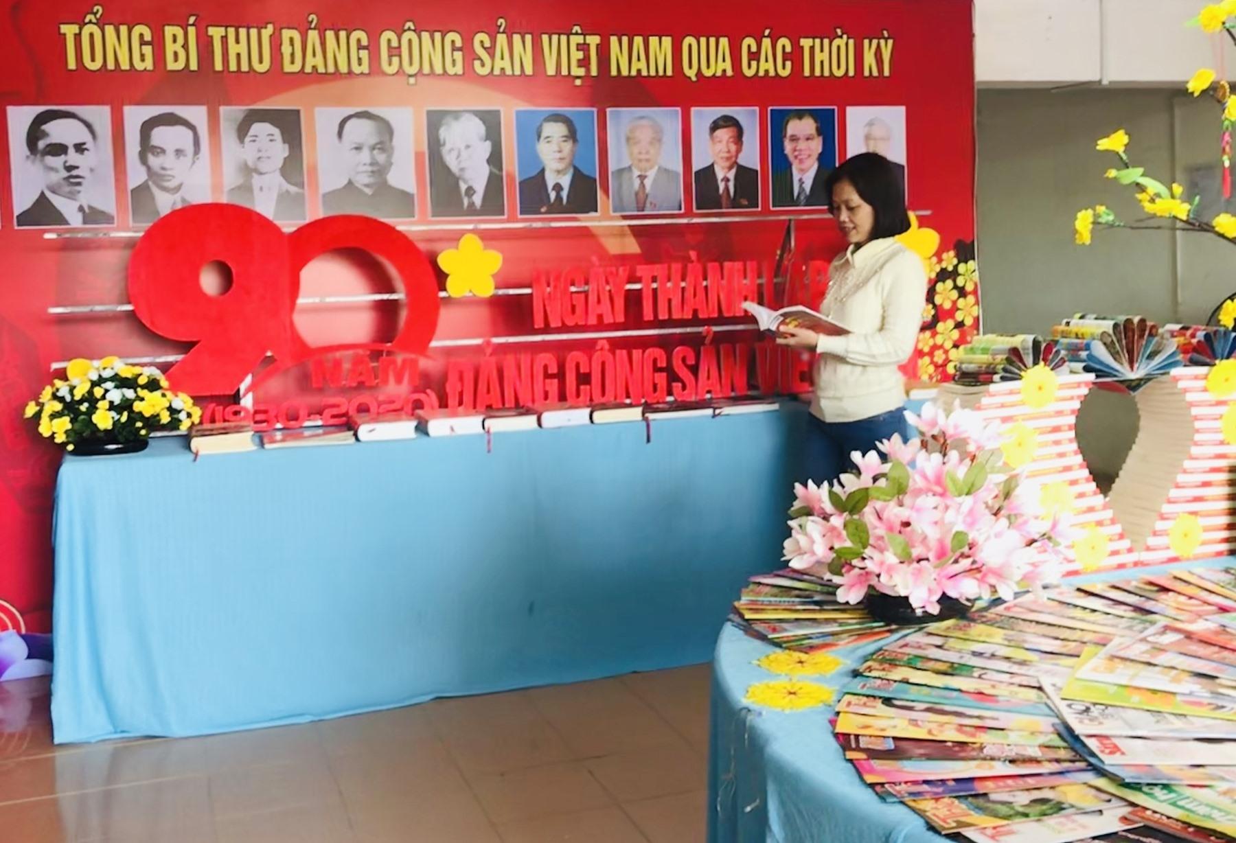 Thư viện tỉnh trưng bày sách chào mừng kỷ niệm 90 năm Ngày Thành lập Đảng Cộng sản Việt Nam. Ảnh: C.N