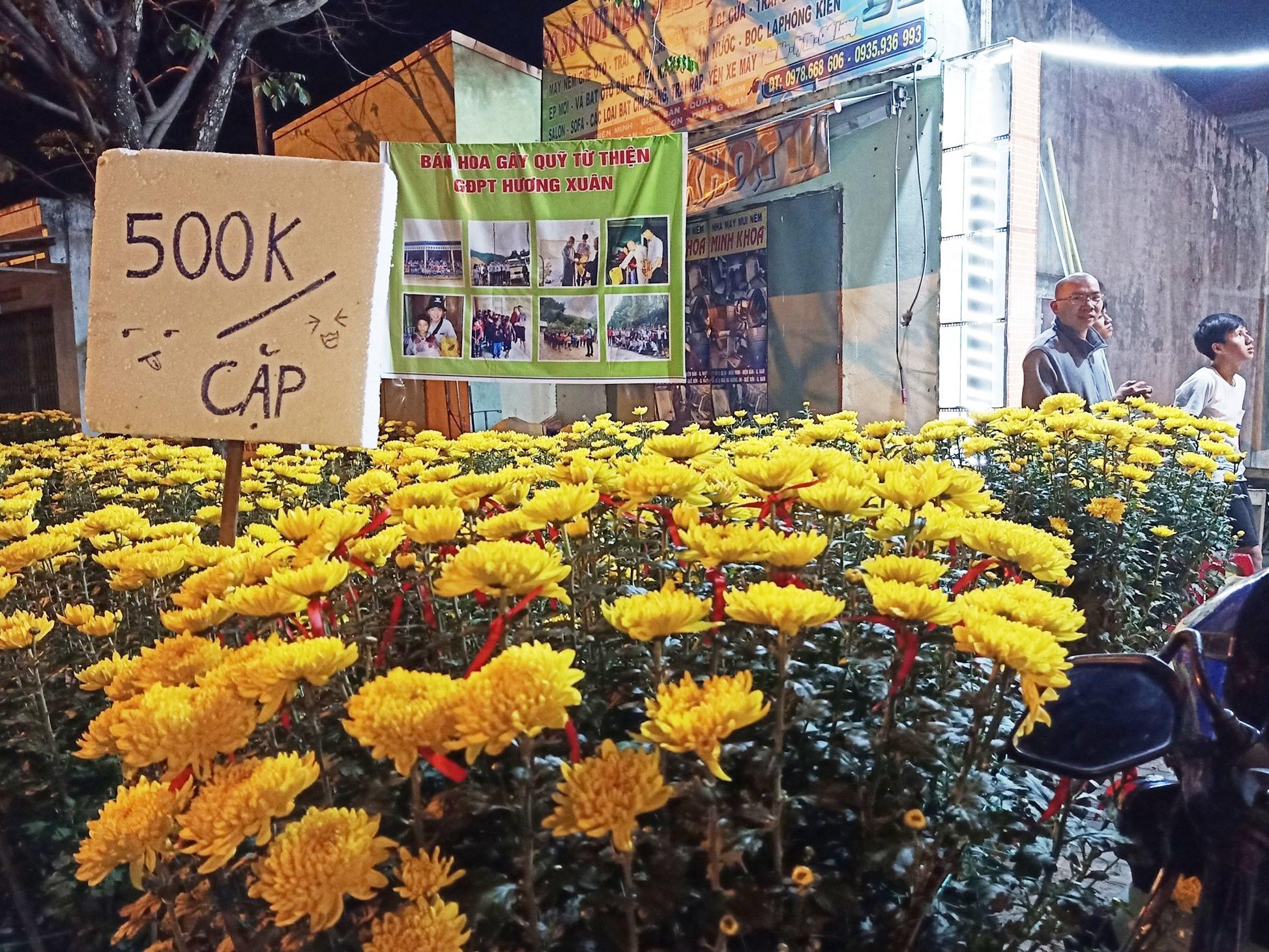 Điểm bán hoa gây quỹ từ thiện tại chùa Liên Hương (Quế Sơn) cũng vắng vẻ, đìu hiu về đêm sau mấy ngày trưng bày. Ảnh: H.LIÊN
