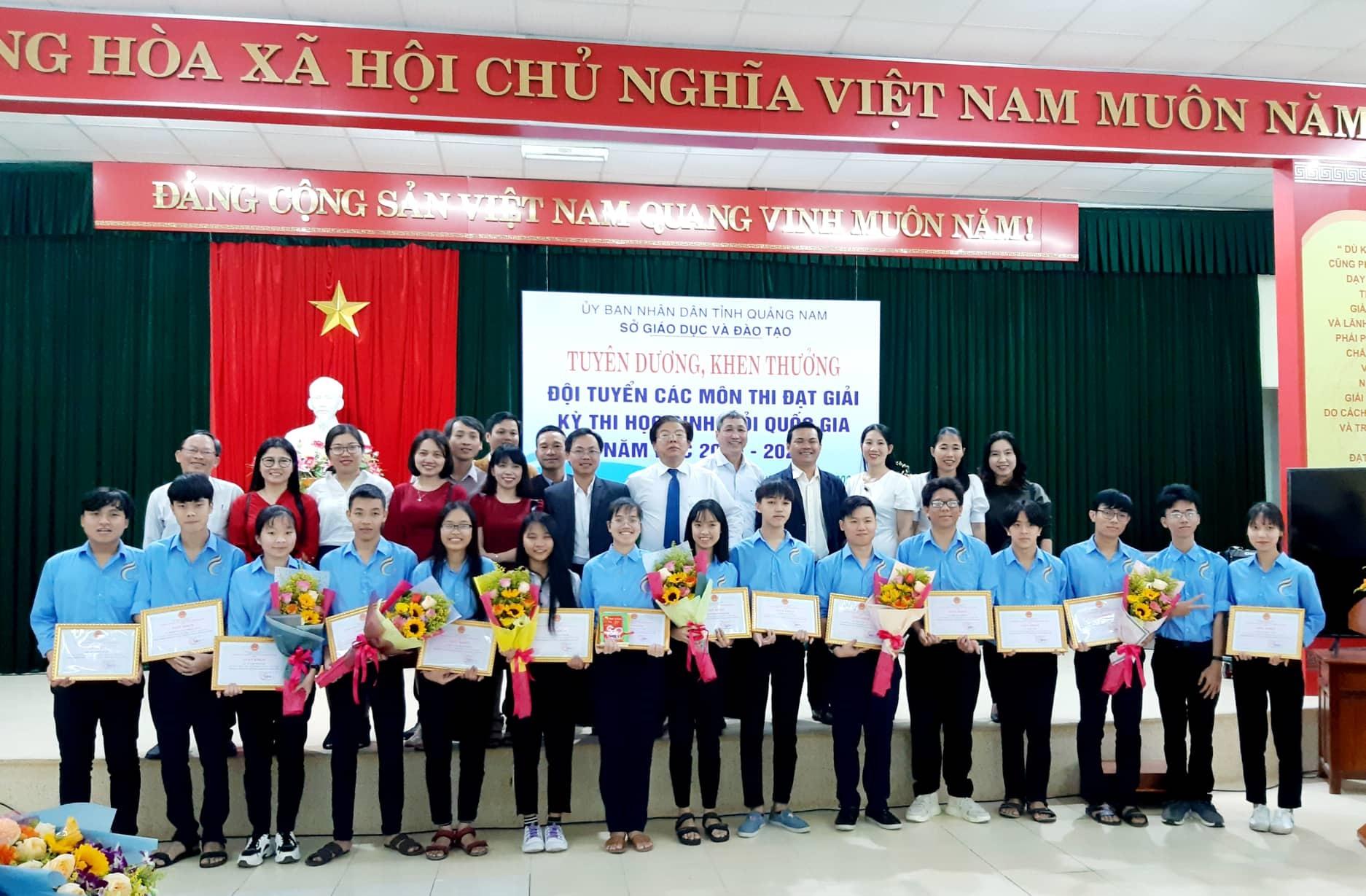 Những em học sinh Trường THPT chuyên Lê Thánh Tông (Hội An) nhận thưởng. Ảnh: T.V