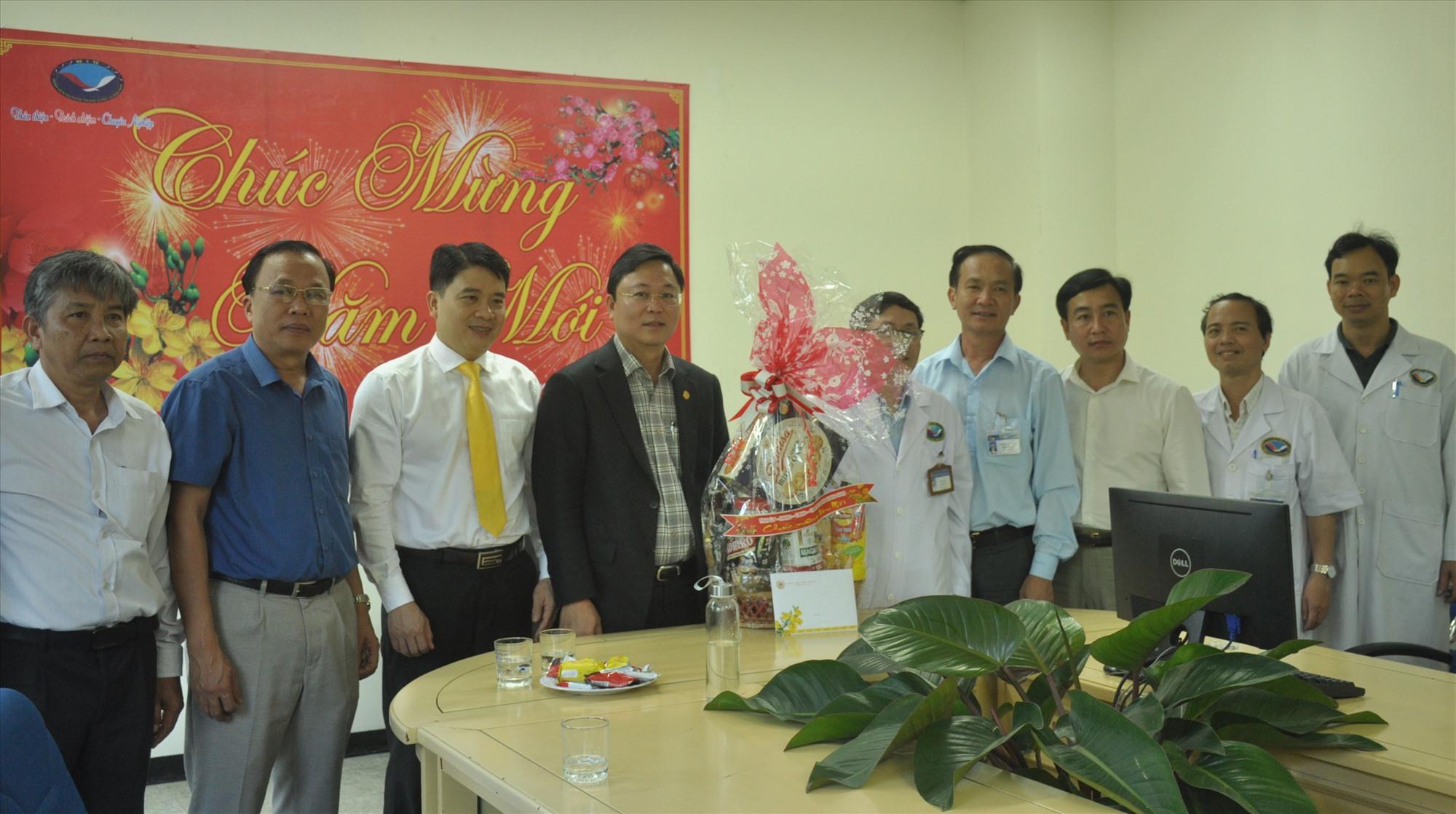 Đoàn công tác thăm, tặng quà và chúc Tết lãnh đạo, cán bộ y bác sĩ và nhân viên bệnh viện đa khoa Trung ương Quảng Nam.
