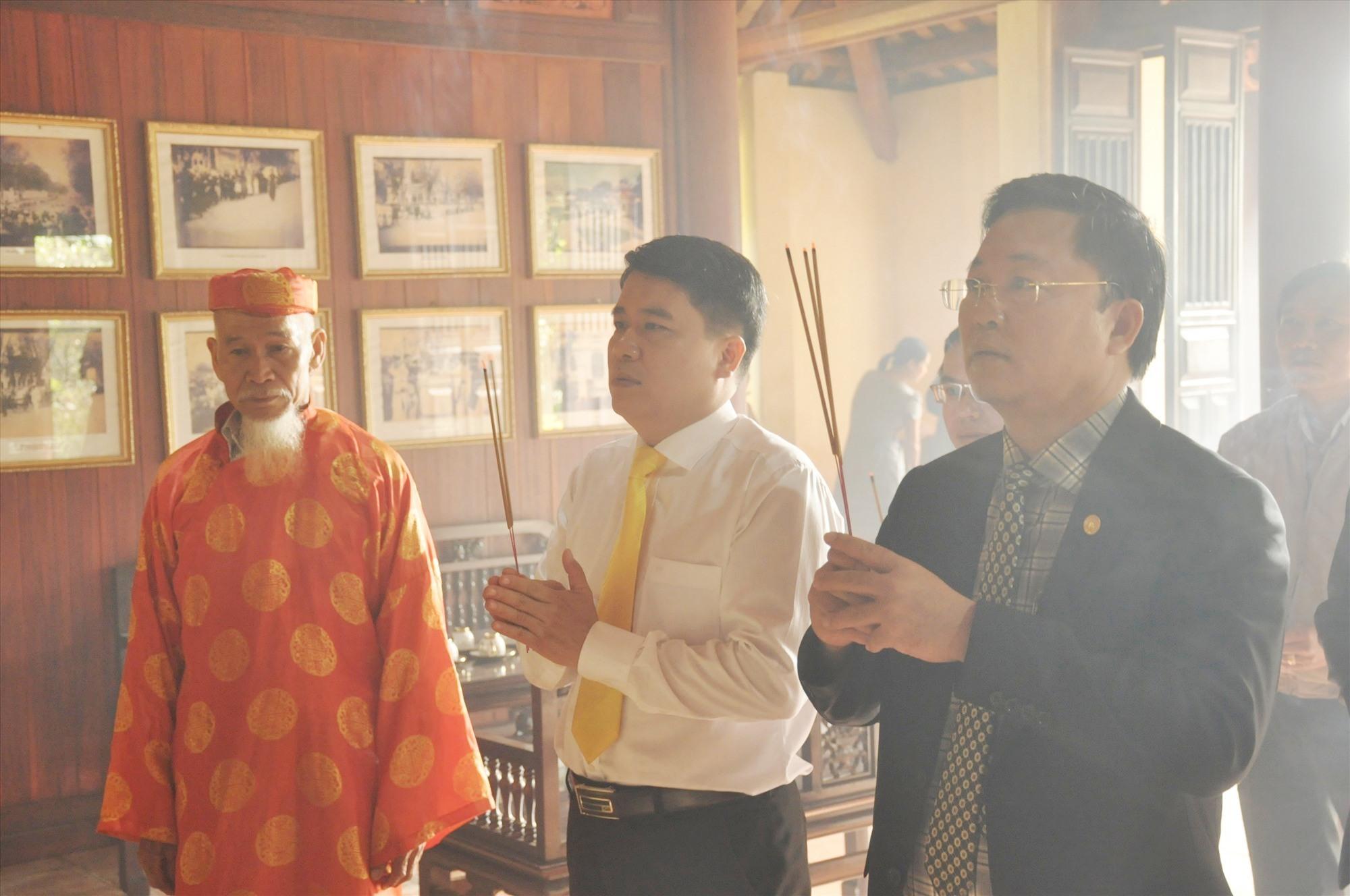 Chủ tịch UBND tỉnh Lê Trí Thanh và Phó Chủ tịch UBND tỉnh Trần Văn Tân dâng hương tại Nhà lưu niệm cụ Phan Châu Trinh. Ảnh: Đ.C