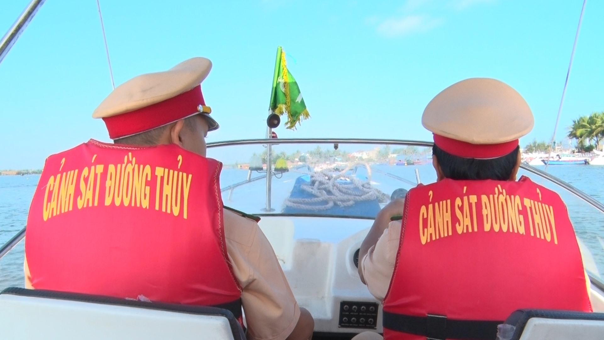 Phòng Cảnh sát giao thông đường thủy tuần tra trên tuyến đường tủy nội địa Cửa Đại - Cù Lao Chàm. Ảnh: Đ. Q