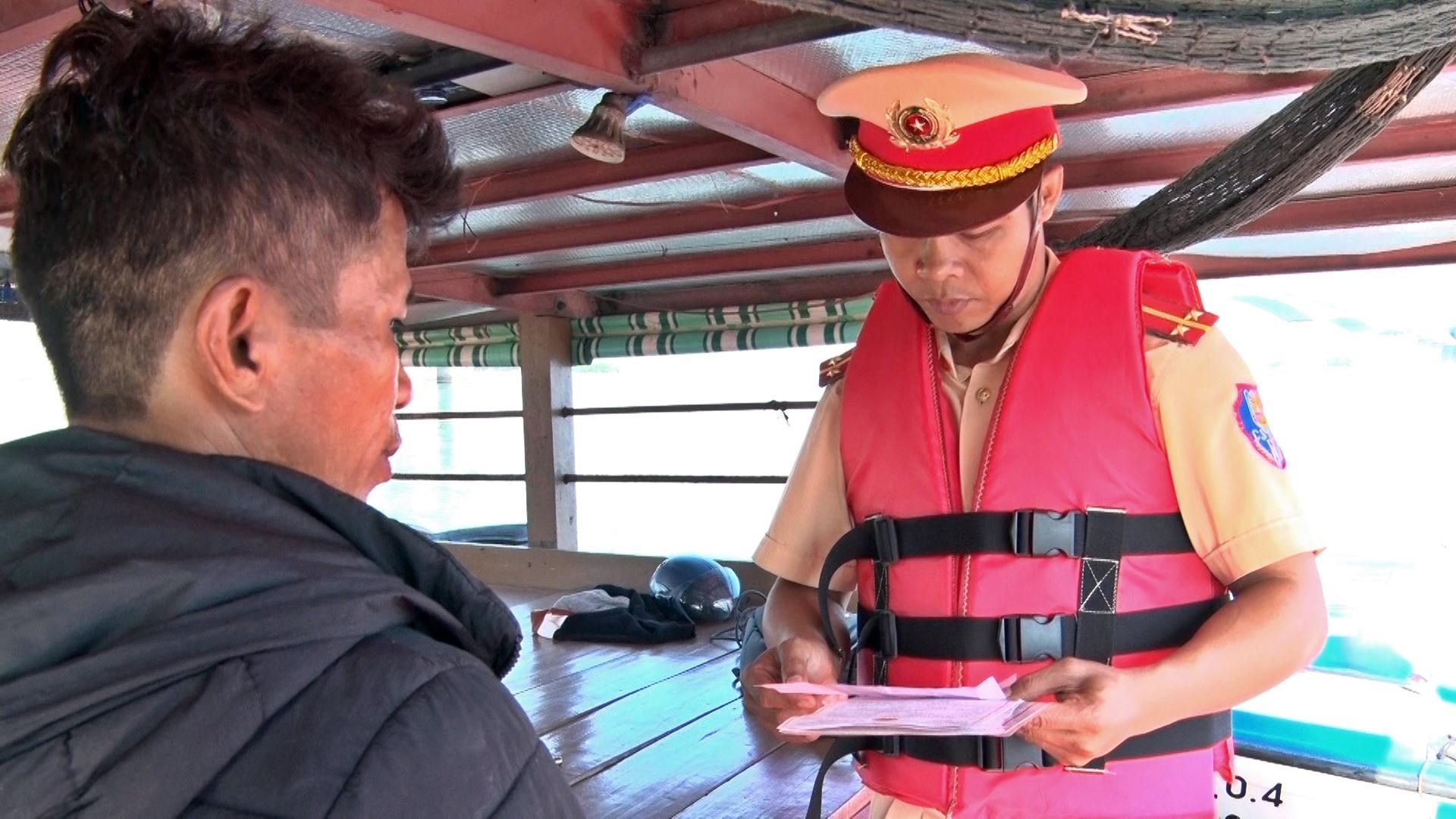 Việc có mặt của lực lượng chức năng sẽ giúp người dân chấp hành nghiêm các quy định của pháp luật về an toàn giao thông đường thủy. Ảnh: Đ. Q