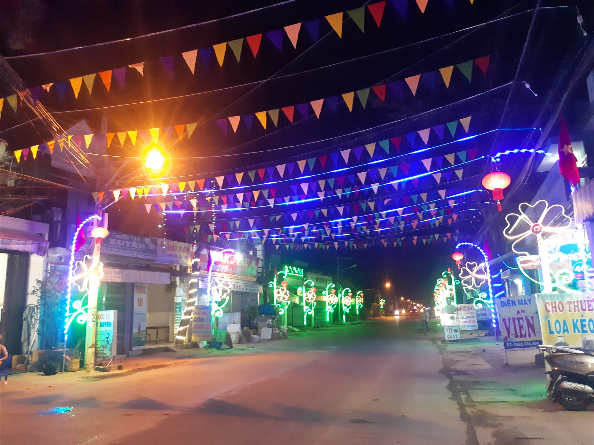 Điện lưới cung cấp ổn định cho các hệ thống chiếu sáng đường quê tại các xã nông thôn mới Đại Lộc. Ảnh: HOÀNG LIÊN