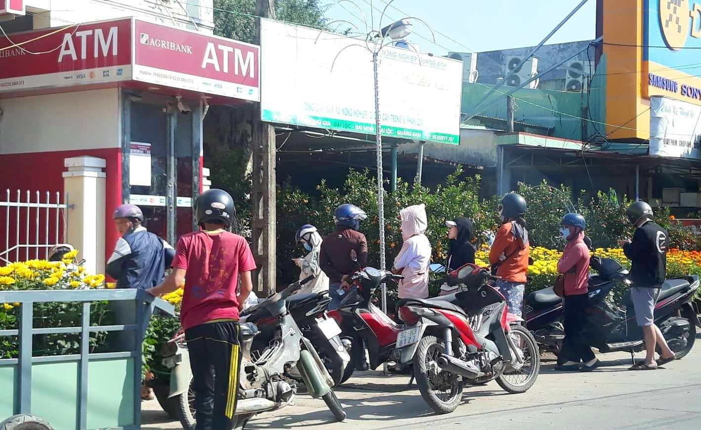khách xếp hàng ở cây ATM Đại Minh, Đại Lộc giùm chị với nhé
