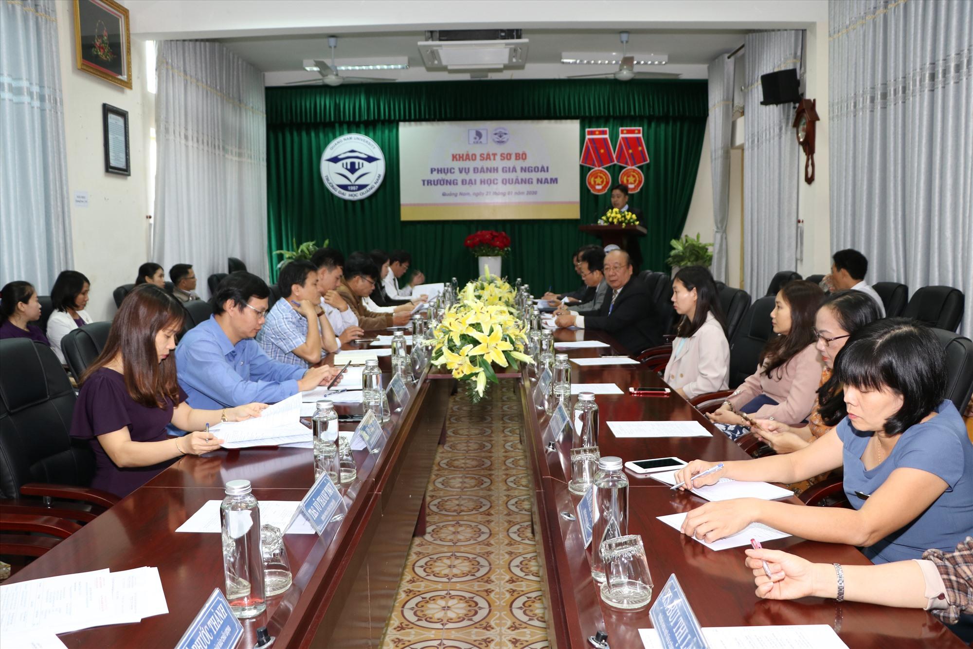 Đoàn chuyên gia đánh giá ngoài cơ sở giáo dục làm việc với Hội đồng tự đánh giá của Trường Đại học Quảng Nam. Ảnh: CHÂU HÙNG