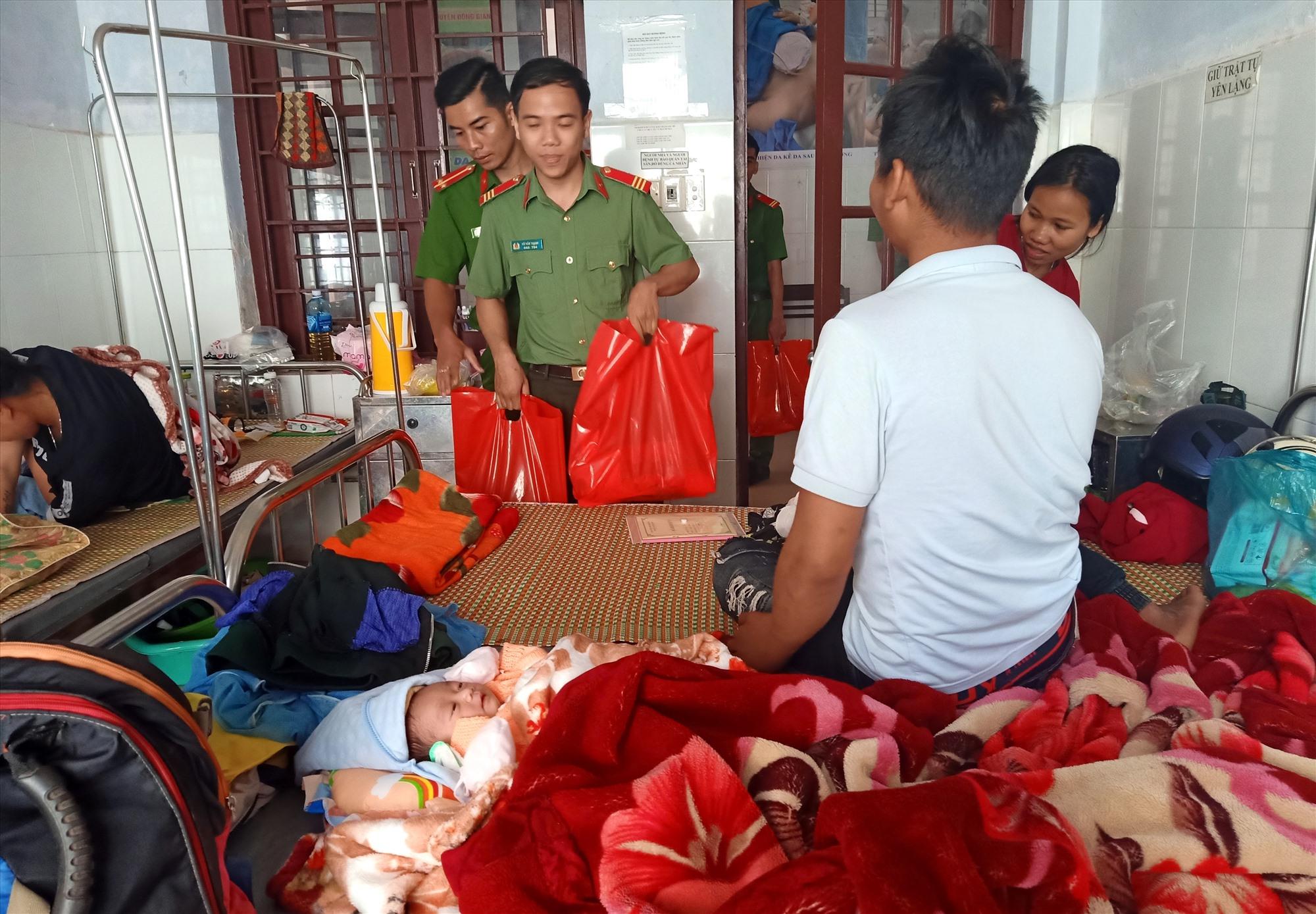 Các cán bộ, chiến sĩ trao quà tết động viên người nhà có em bé vừa chào đời tại bệnh viện. Ảnh: Đ.N