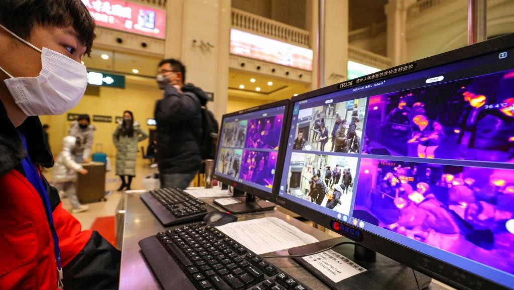 Hàng loạt các sân bay tại nhiều nước đặt máy đo thân nhiệt để kiểm soát, ngăn chặn sự xâm nhập của vi rút corona. Ảnh: Reuters