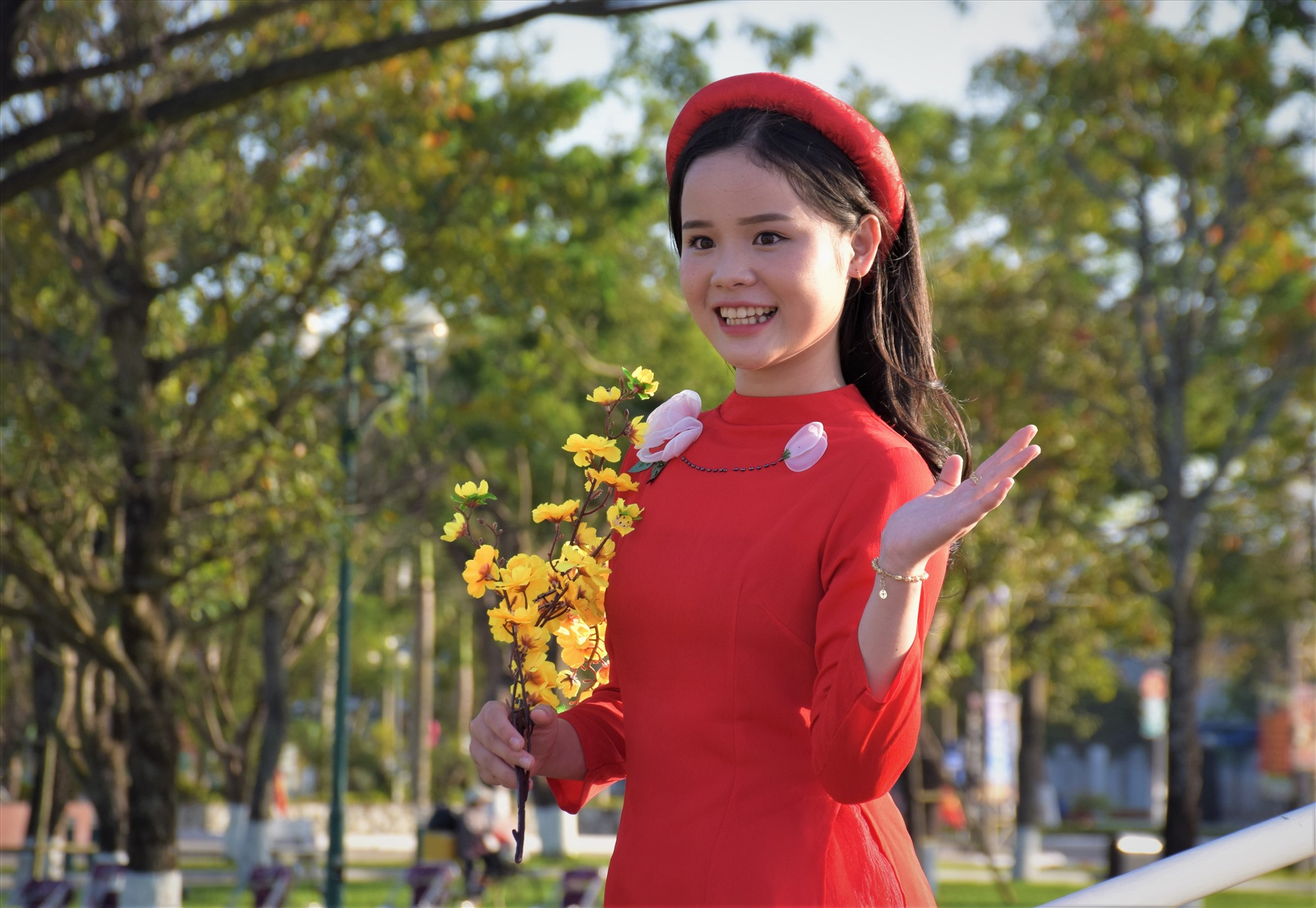 Việc trang trí Quảng trường 24.3 rực rỡ đủ sắc hoa tạo điểm đến check in cho nhiều bạn trẻ. Ảnh: THANH THẮNG