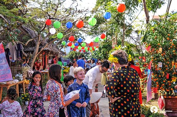 Foreign tourists enjoy Tet in Hoi An