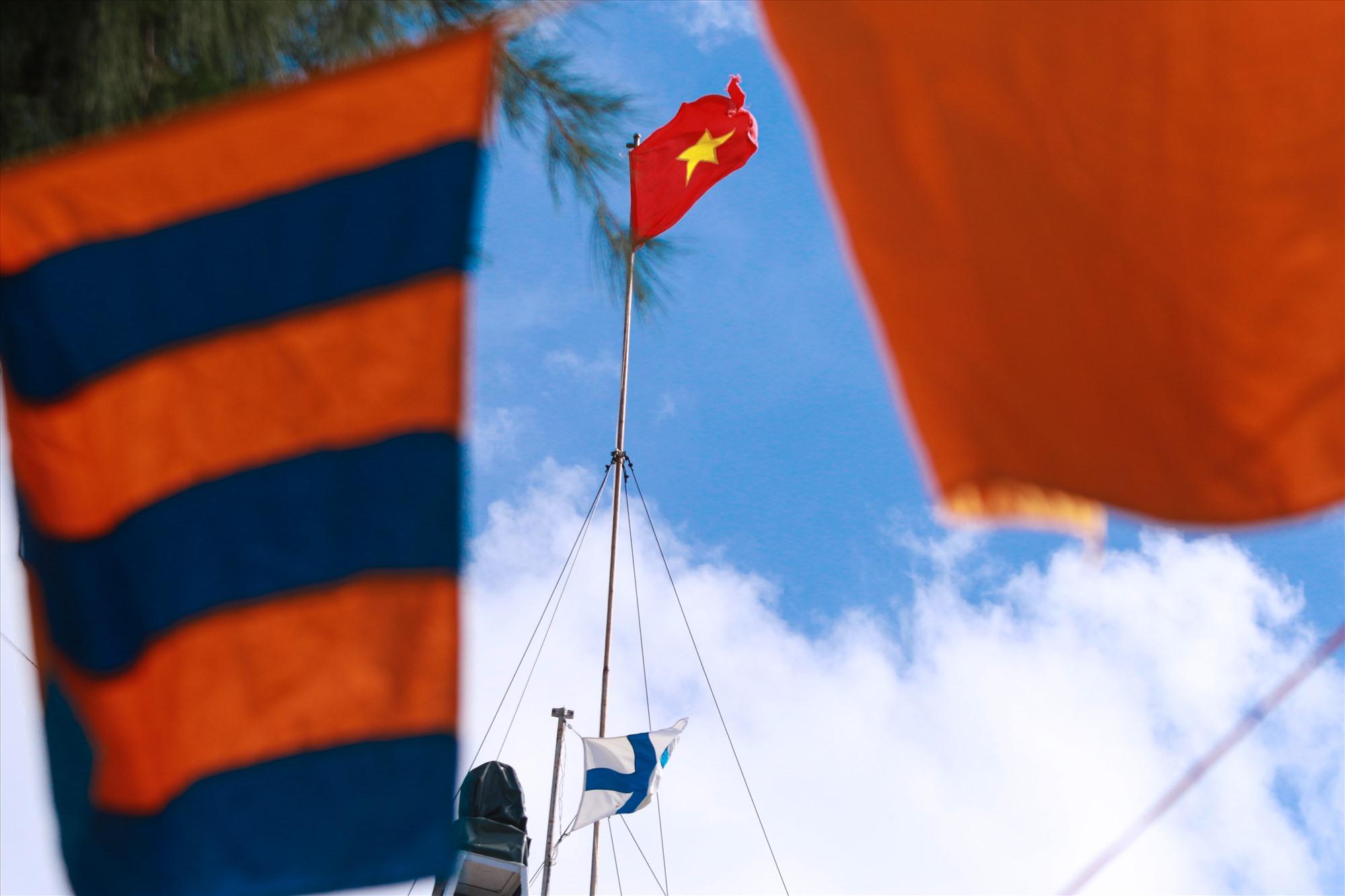 Lá cờ Tổ quốc kiêu hãnh tung bay trên đảo Sinh Tồn
