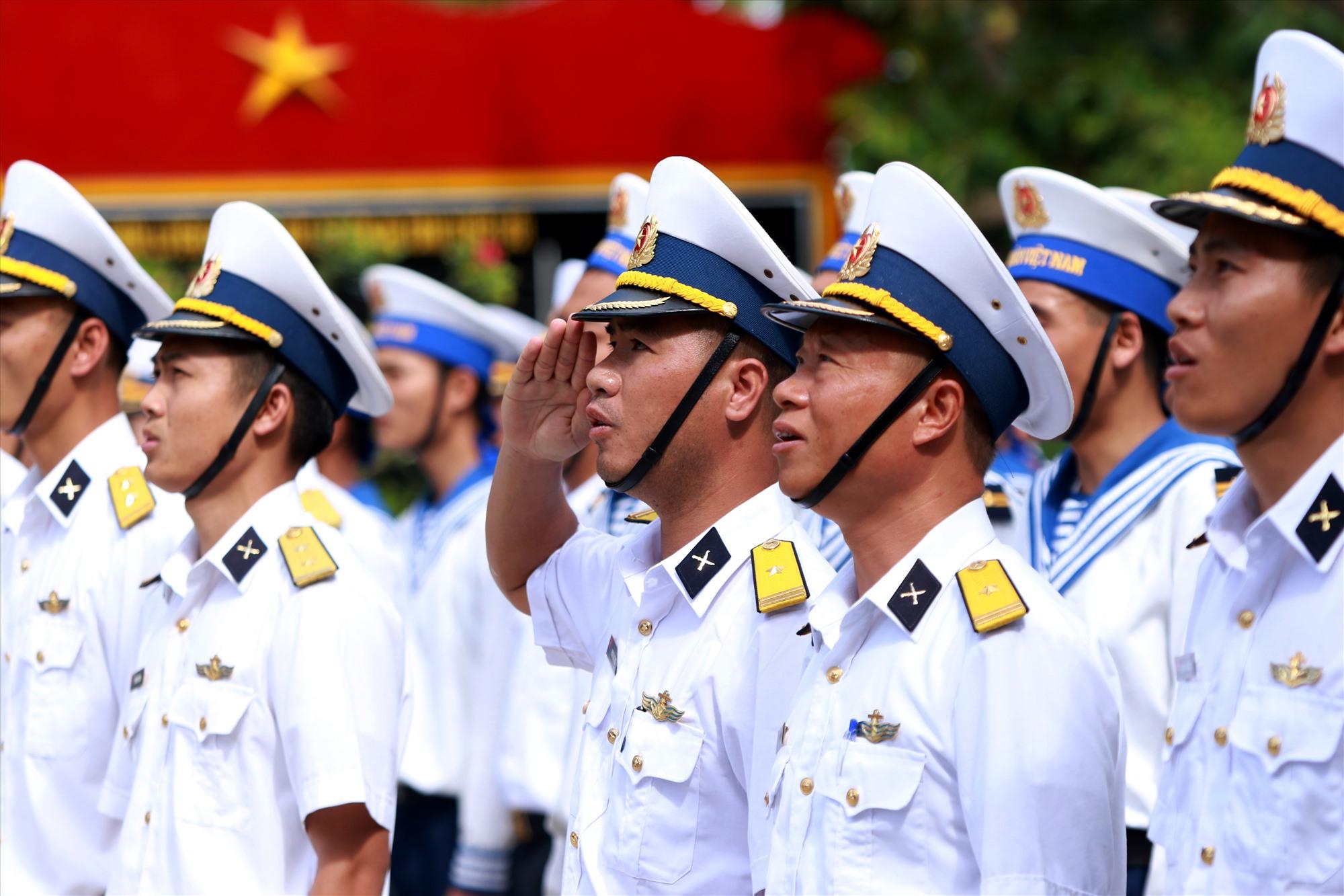 Lời hát Quốc ca vang vọng giữa biển trời, những đôi mắt nhất loạt hướng về phía lá cờ Tổ quốc. Ảnh: T.C