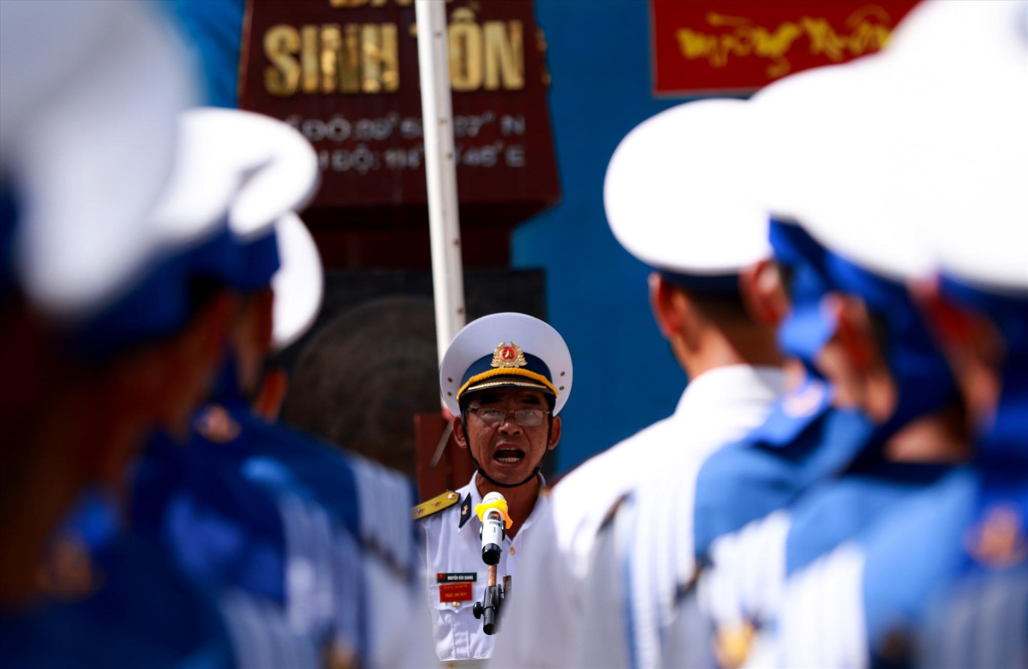 Trung tá Nguyễn Văn Quang - Chỉ huy trưởng đảo Sinh Tồn trịnh trọng đọc 10 lời thề của Quân đội nhân dân Việt Nam. Ảnh: T.C