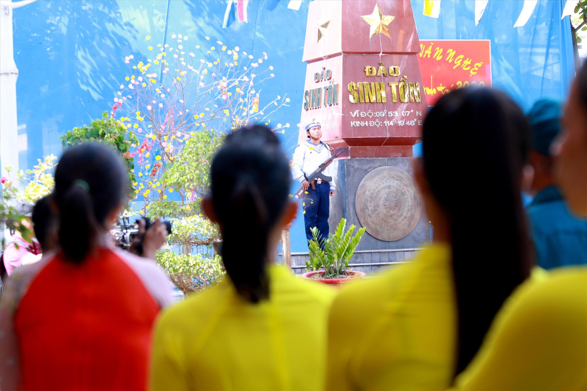 Những phụ nữ ở đảo Sinh Tồn trong bộ áo dài đẹp nhất dự lễ chào cờ đầu năm. Ảnh: T.C