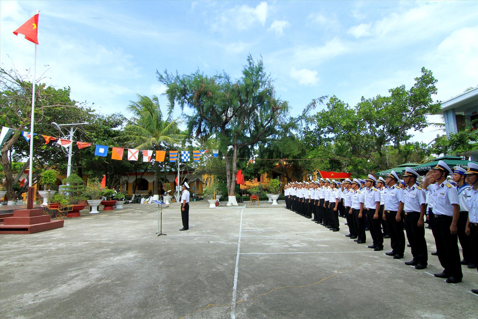 Lễ chào cờ đầu năm mới diễn ra hết sức thiêng liêng trên đảo nổi Sinh Tồn
