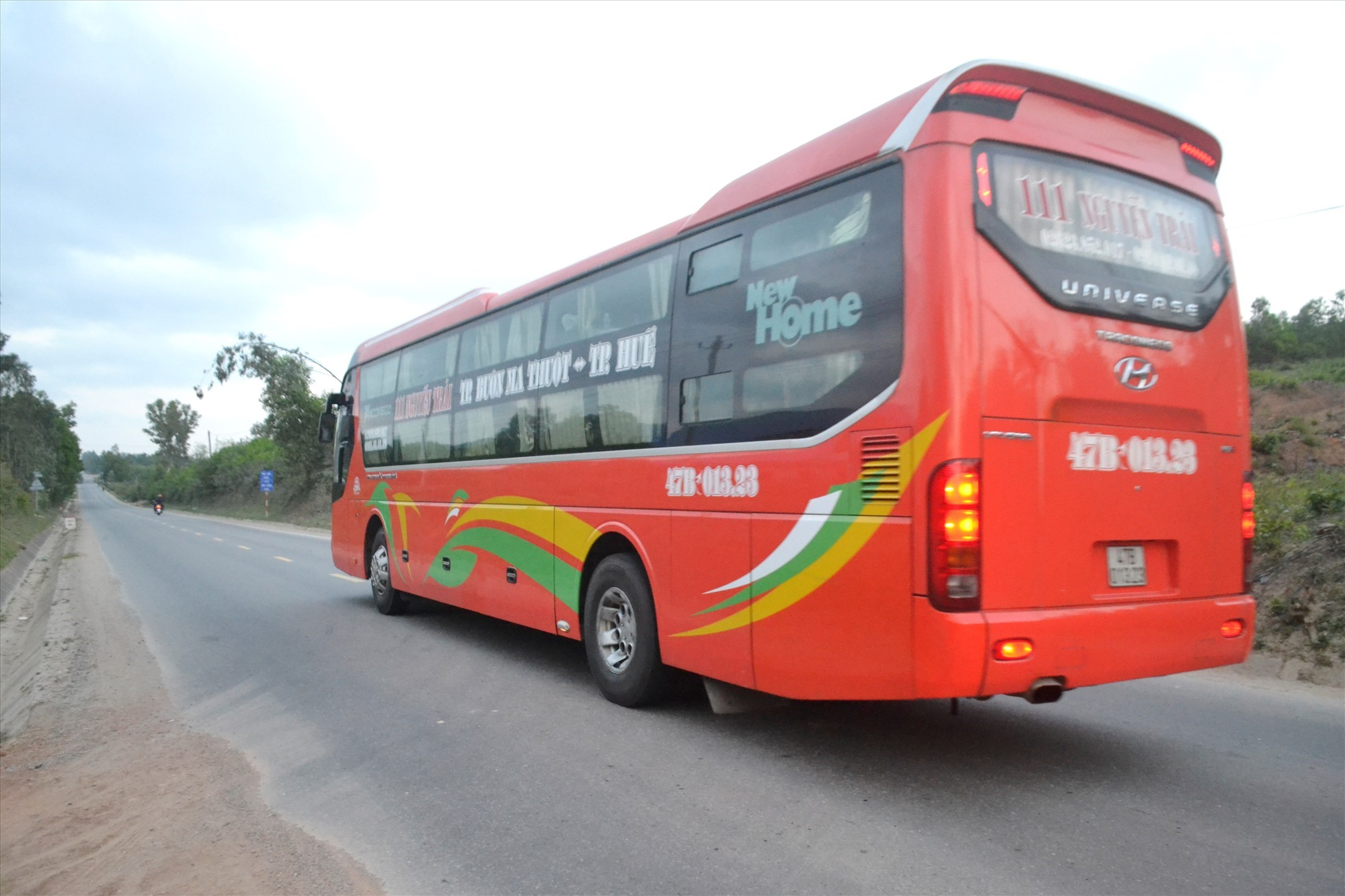 Chiều cuối năm Kỷ Hợi, xe chở khách chạy từ TP.Buôn Ma Thuột (Đắk Lắk) đi trên quốc lộ 14B qua địa bàn Quảng Nam để đến TP.Huế (Thừa Thiên Huế). Ảnh: CT