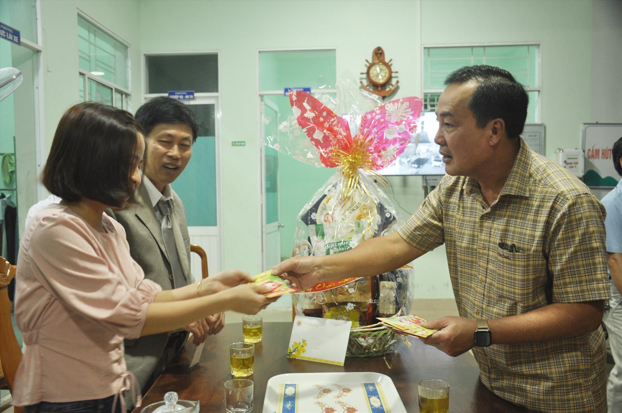 Phó Chủ tịch Thường trực UBND tỉnh Huỳnh Khánh Toàn lì xì chúc mừng năm mới y bác sĩ, nhân viên Trung tâm Cấp cứu 115. Ảnh: N.Đ