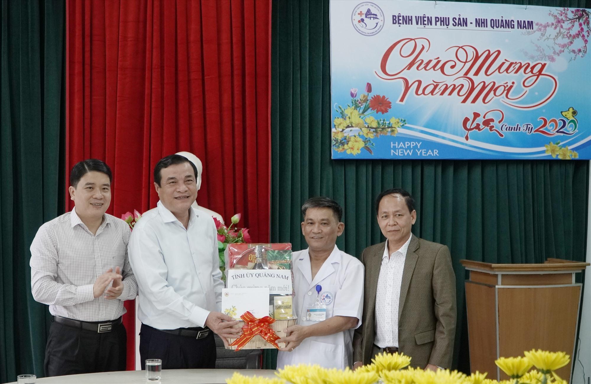 Bí thư Tỉnh ủy Phan Việt Cường tặng quà cho các y, bác sĩ, cán bộ, người lao động tại Bệnh viện Phụ sản - Nhi Quảng Nam. Ảnh: PHAN VINH
