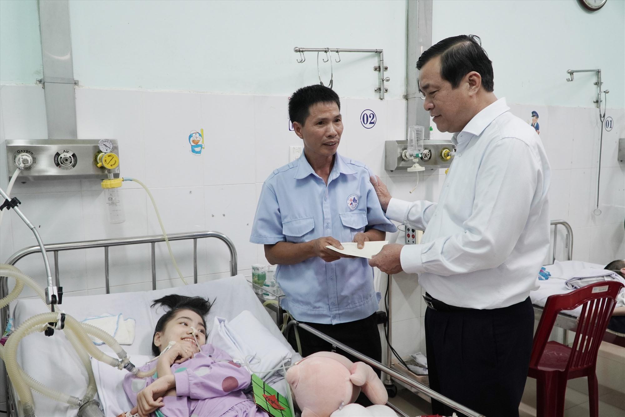 Bí thư Tỉnh ủy Phan Việt Cường tặng quà cho người nhà bệnh nhi tại Bệnh viện Phụ sản - Nhi Quảng Nam nhân dịp năm mới. Ảnh: PHAN VINH