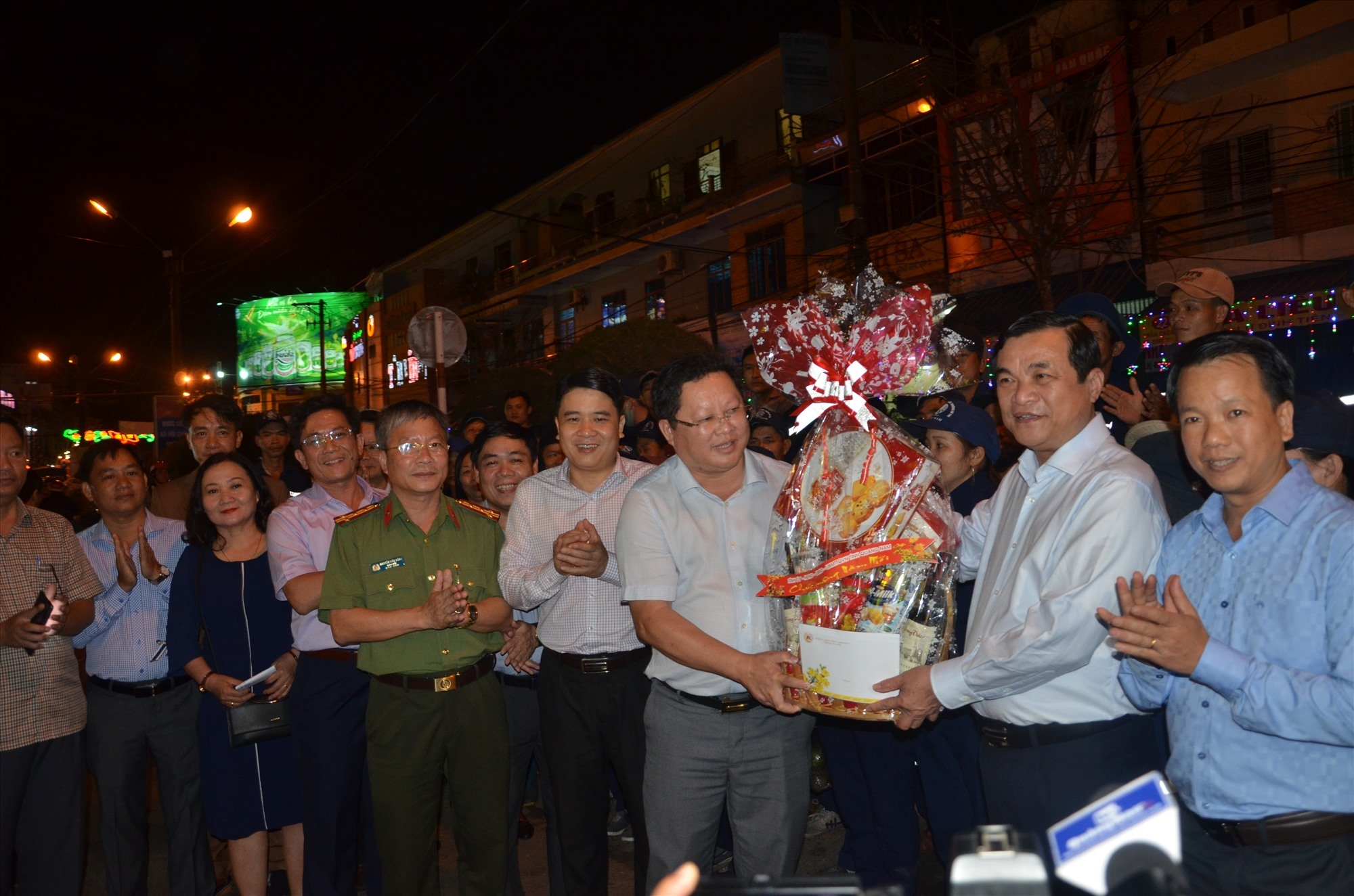 Bí thư Tỉnh ủy Phan Việt Cường tặng quà cho lãnh đạo Công ty CP Môi trường đô thị Quảng Nam