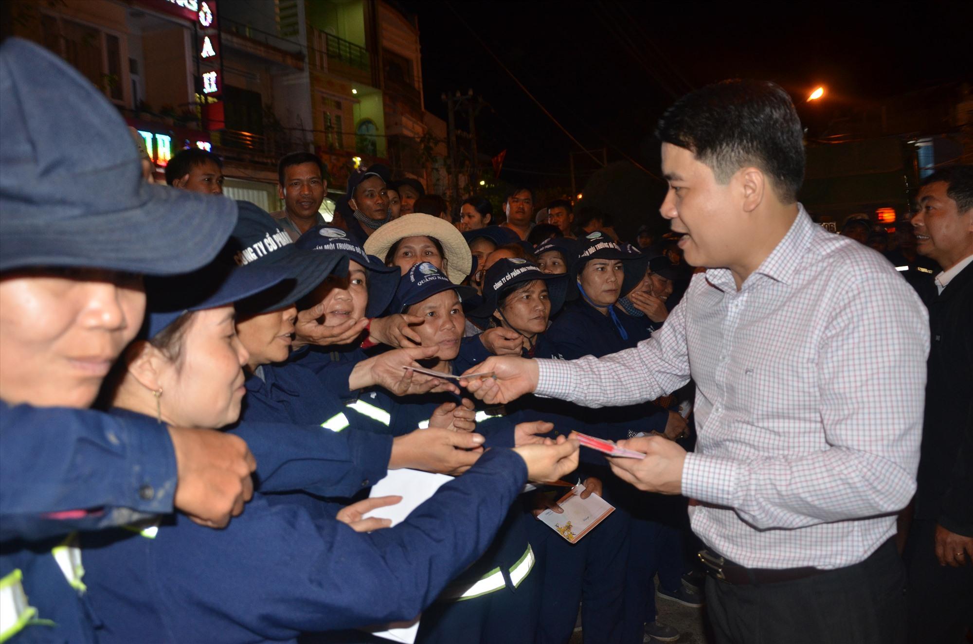 Phó Chủ tịch UBND tỉnh Trần Văn Tân lì xì cho công nhân môi trường
