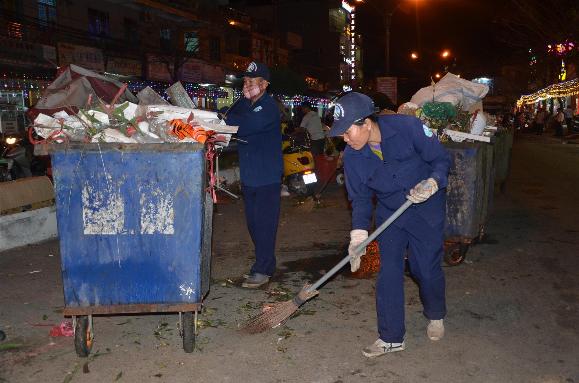 Công nhân môi trường lặng lẽ lao động trong đêm giao thừa để cho đường phố sạch đẹp