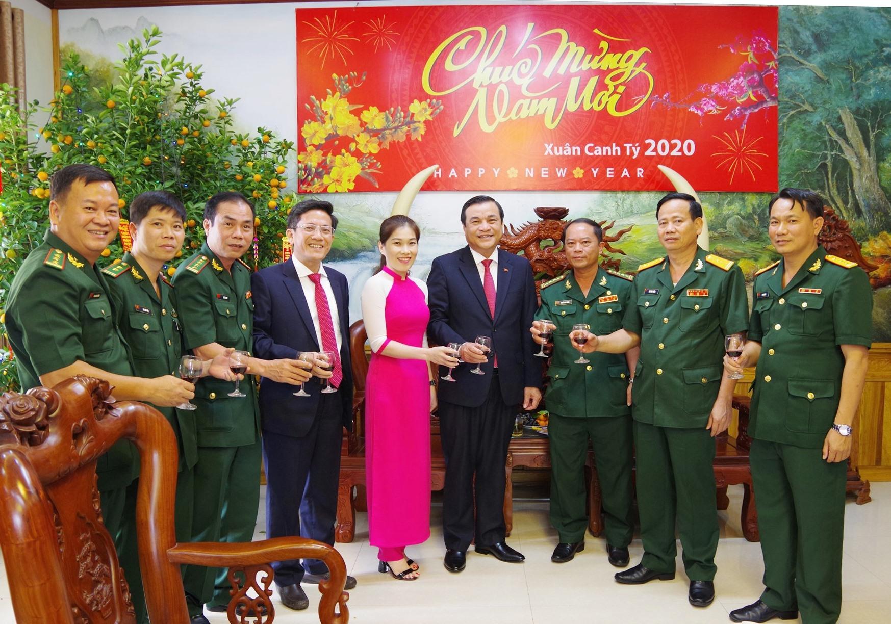 Bí Thư Tỉnh ủy Phan Việt cường chúc tết, chụp hình lưu niệm với cán bộ chiến sĩ BĐBP tỉnh