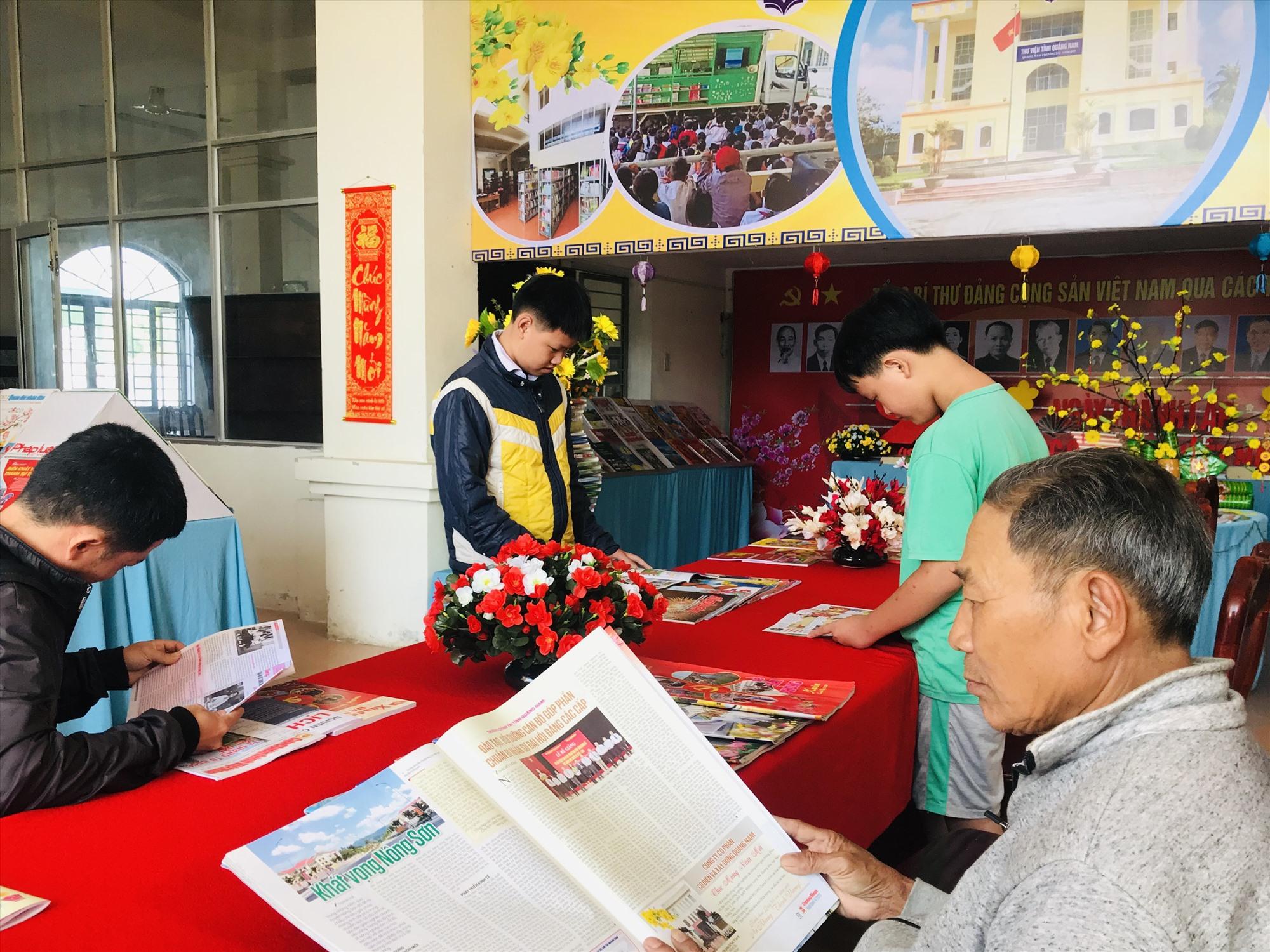 Độc giả đọc báo Xuân Canh Tý ở Thư viện tỉnh. Ảnh: C.N