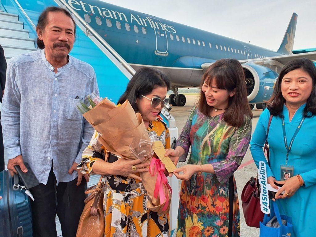 Bà Trương Thị Hồng Hạnh, Giám đốc Sở du lịch Đà Nẵng tặng hoa cho những vị khách đầu tiên đến sân bay Đà Nẵng sáng mồng một Tết canh Tý 2020. Ảnh TC