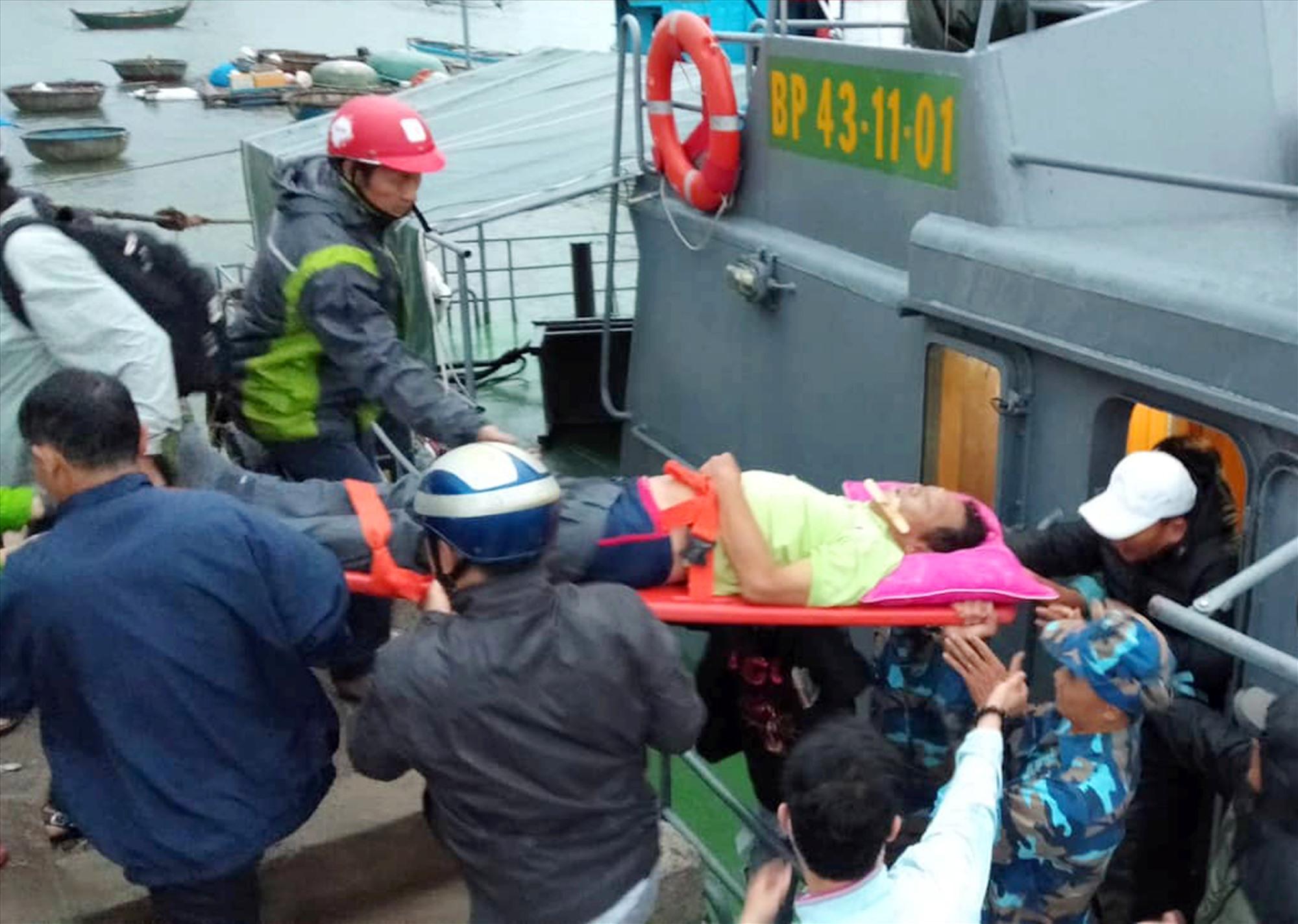 Ông Long được chuyển lên tàu vào đất liền cấp cứu T/h Huỳnh Chín