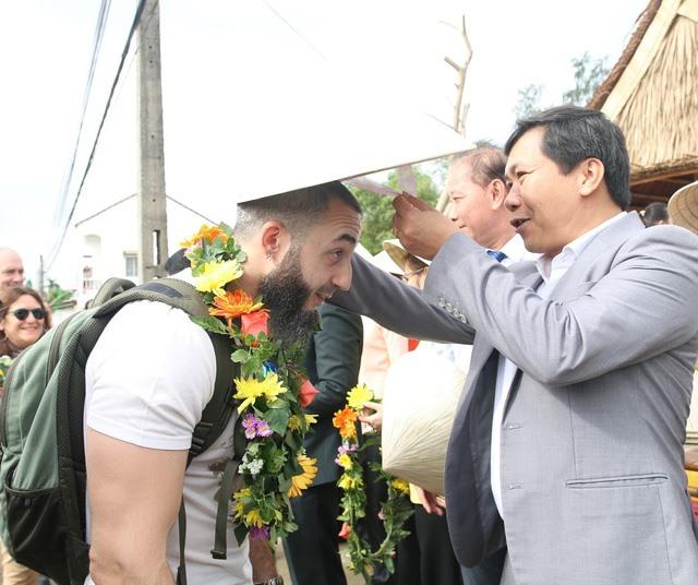 Quang Nam leaders (R) and Italian visitors