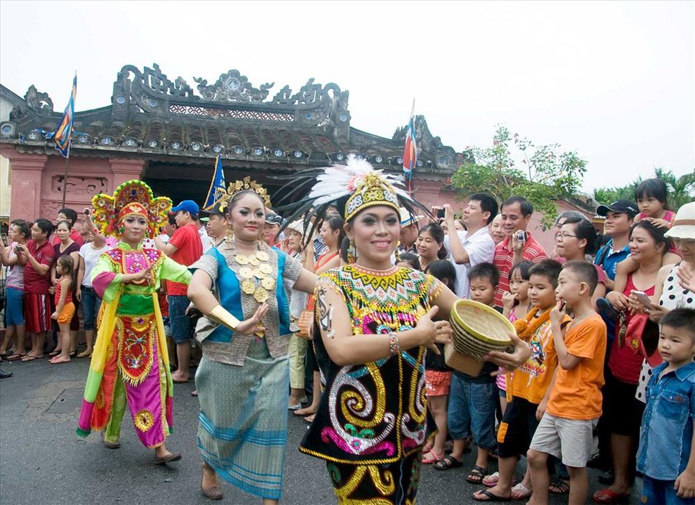 Thổ dân Indonesia với bộ trang phục truyền thống sặc sỡ trong lễ hội đường phố tại Hội An. Ảnh: T.VỊNH