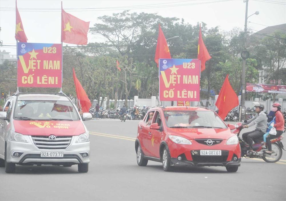 Người hâm mộ Quảng Nam xuống đường cổ động cho U23 Việt Nam tại vòng chung kết U23 châu Á 2018. Ảnh: A.N