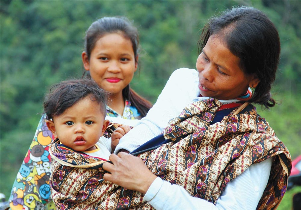 Niềm vui của mẹ con Pơloong Xoop trong ngày được công nhận quốc tịch Việt Nam. Ảnh: ALĂNG NGƯỚC