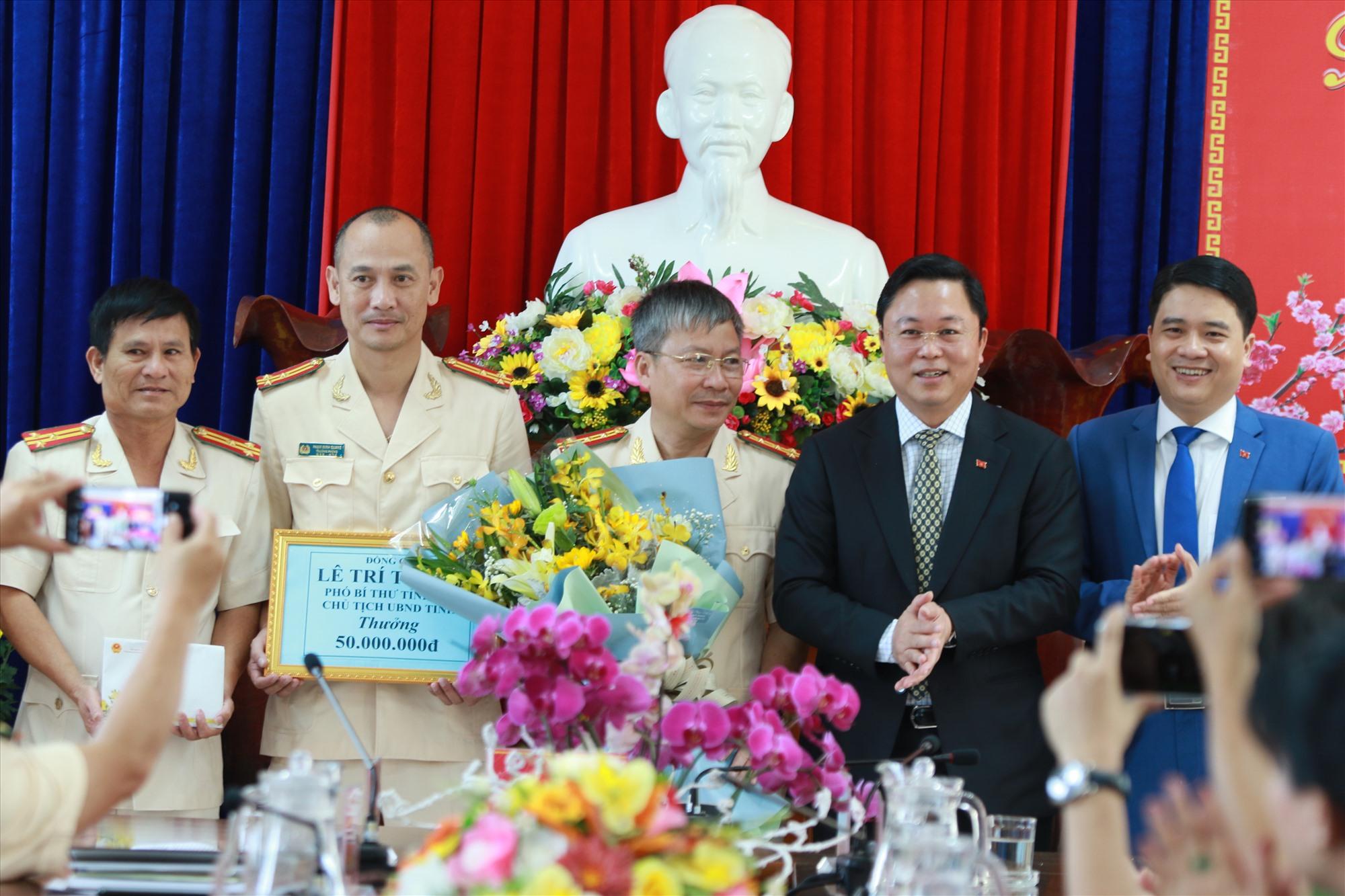 Chủ tịch UBND tỉnh Lê Trí Thanh đến động viên, thưởng nóng ban chuyên án Phòng Cảnh sát hình sự vào sáng mùng 1 Tết Nguyên đán.Ảnh: T.C