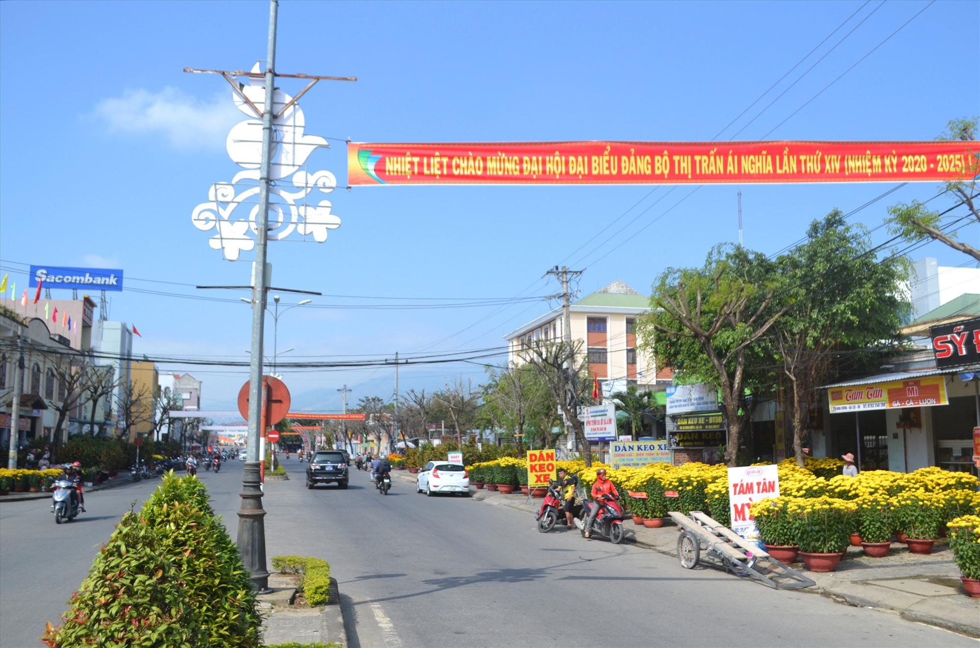 Tuyên truyền trực quan về đại hội đảng các cấp trên trục đường chính qua trung tâm huyện Đại Lộc. Ảnh: CT