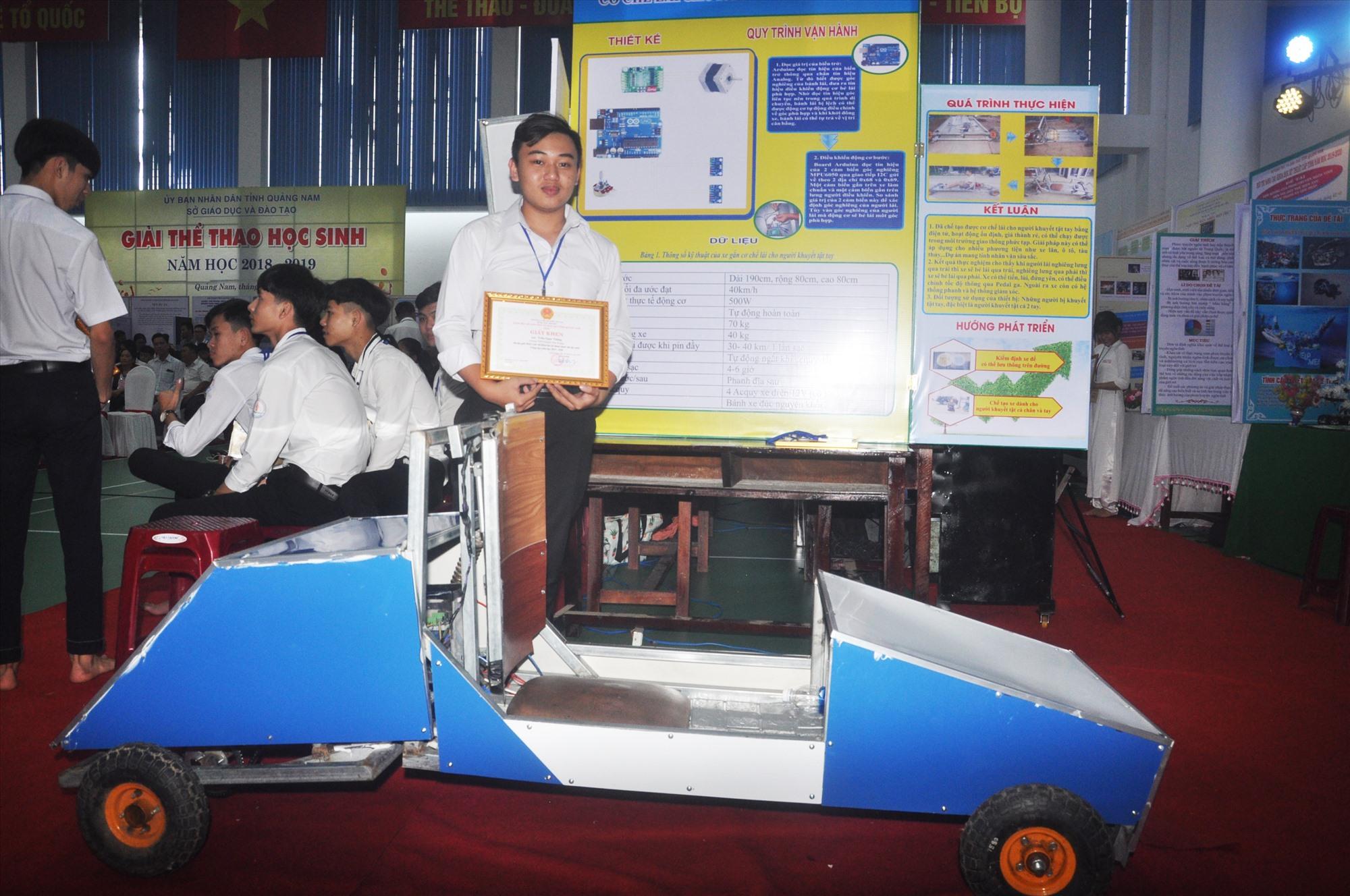 """Trần Ngọc Thắng bên dự án """"Cơ chế lái cho người khuyết tật tay"""" tại cuộc thi. Ảnh: X.P"""