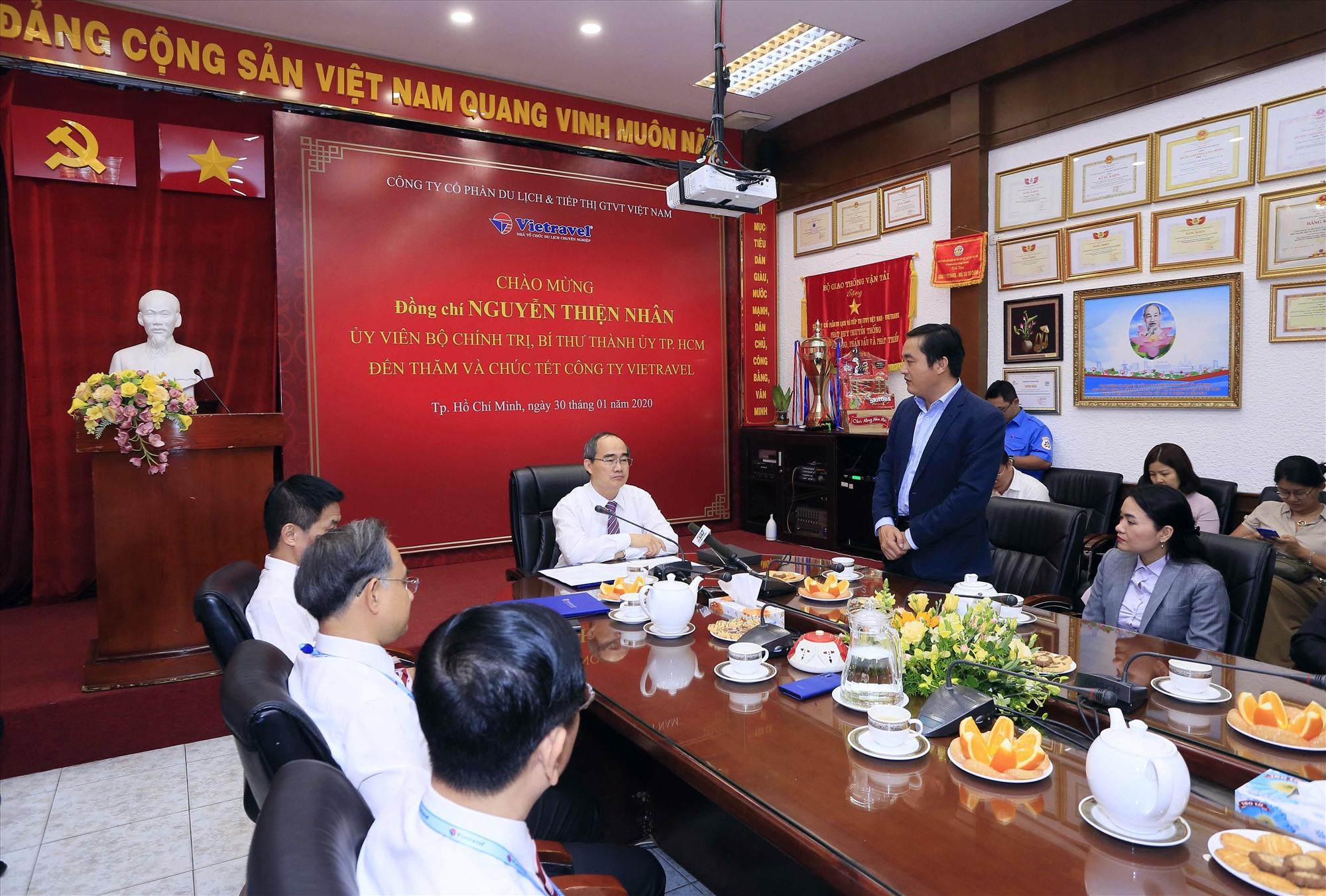 Bí thư Thành ủy Hồ Chí Minh nghe lãnh đạo Vietravel báo cáo những thành tích Công ty đạt được thời gian qua