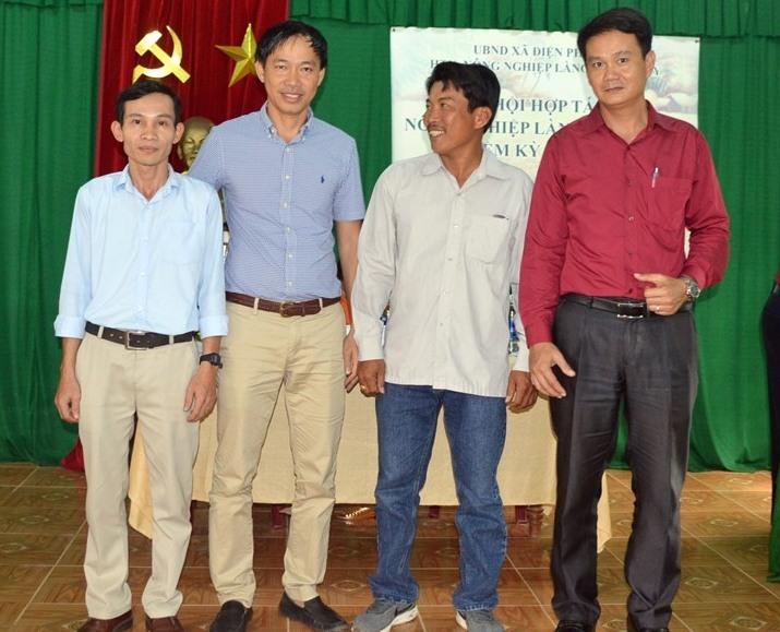 Ban Giám đốc HTX Nông nghiệp Triêm Tây do ông Lê Ngọc Thuận (thứ 2 từ trái sang) làm Chủ tịch HĐQT, kiêm giám đốc