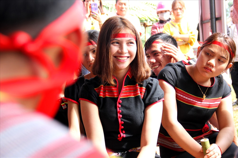 Cô dâu rạng rỡ trong ngày cưới. Sắc phục truyền thống, nhịp trống chiêng hòa quyện giữa không gian đầy màu sắc Bh'noong. Ảnh: A,N