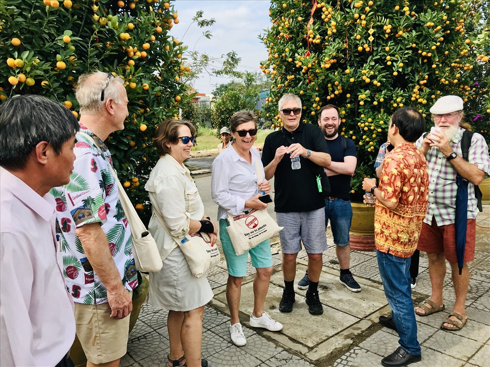 Du khách quốc tế hào hứng tham gia ngày hội quật cảnh Cẩm Hà.