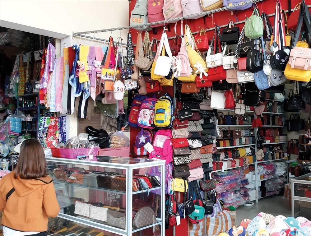 """Túi xách """"vàng thau lẫn lộn"""", nhiều sản phẩm nhái nhãn hiệu thời trang nổi tiếng. Ảnh: VIỆT NGUYỄN"""