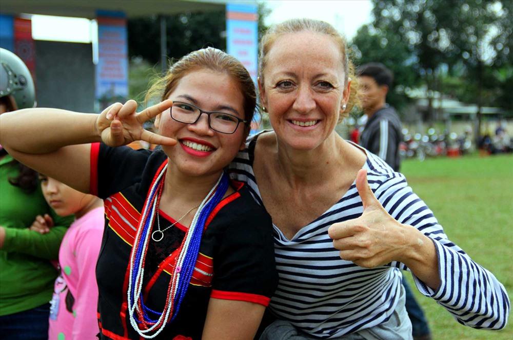 Bà Coco, du khách Pháp chụp ảnh lưu niệm với thiếu nữ Bh'noong. Ảnh: ALĂNG NGƯỚC