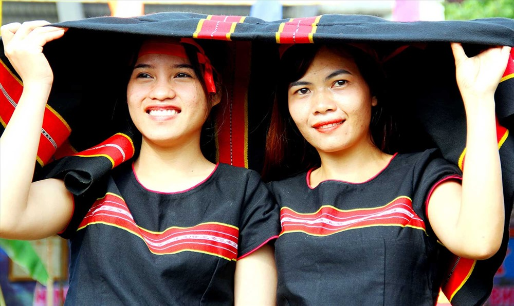 Thiếu nữ Bh'noong xúng xính với sắc phục truyền thống. Ảnh: ALĂNG NGƯỚC