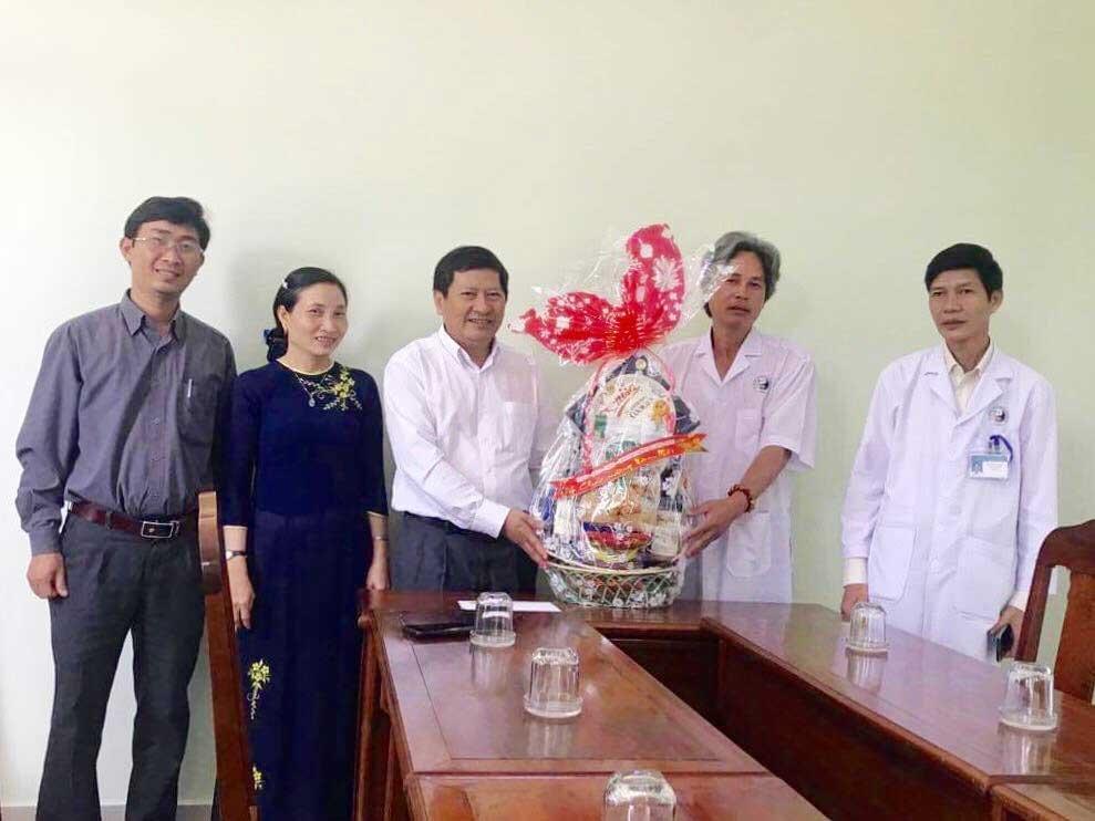 Phó Chủ tịch HĐND tỉnh Nguyễn Hoàng Minh thăm, tặng quà tết tại Bệnh viện Y học cổ truyền tỉnh. Ảnh: HỒNG QUÂN