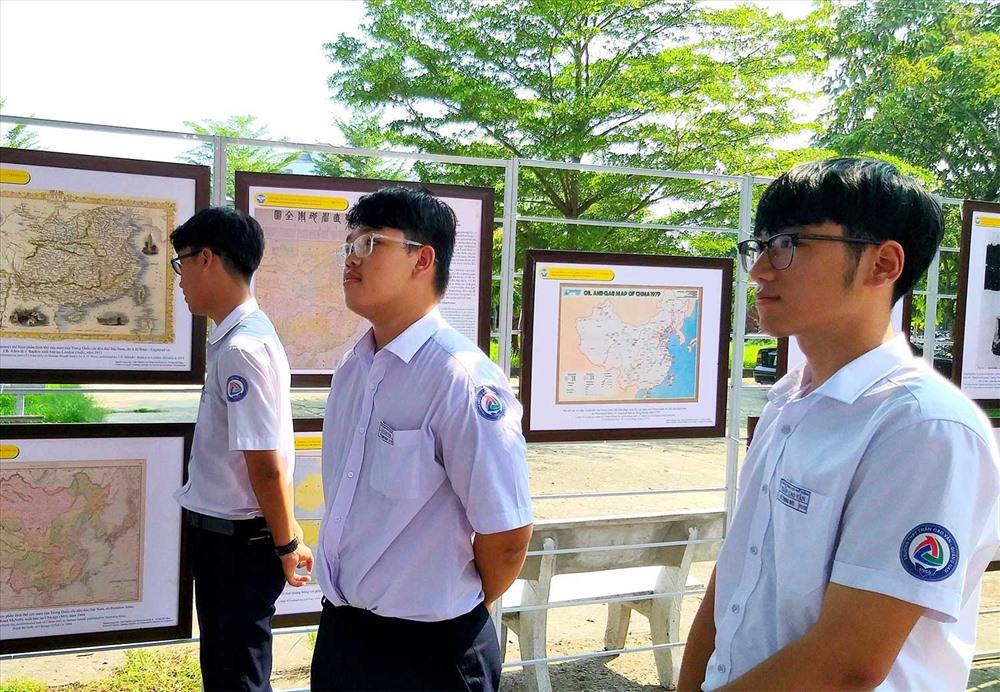 Học sinh Trường THPT Trần Cao Vân chăm chú theo dõi thông tin về chủ quyền Hoàng Sa, Trường Sa. Ảnh: H.B