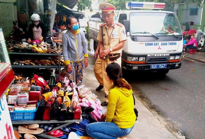 Lực lượng chức năng Tam Kỳ tuyên truyền, nhắc nhở tiểu thương không lấn chiếm vỉa hè làm nơi kinh doanh.